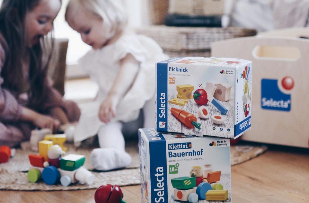 Kindespielzeug: Titelfoto Was macht gutes Spielzeug aus: Picknick und Obstalat von Selecta®